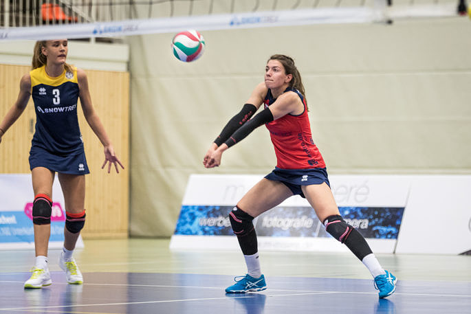 Konnte die Niederlage trotz guter Annahmeleistung mit dem ungewohnten Molten-Ball nicht verhindern: Libera Julia Van den Berghen vom Team DSHS SnowTrex Köln (Foto: Martin Miseré)